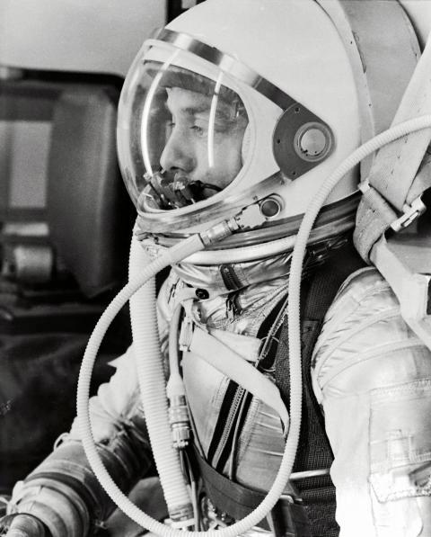 El astronauta Alan B. Shepard Jr., con un traje plateado con la visera del casco cerrada, se prepara para su lanzamiento desde el Mercury Redstone 3 el 5 de mayo de 1961.