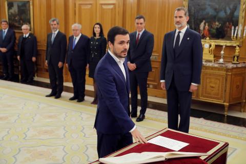 Alberto Garzón promete el cargo de ministro de Consumo ante el rey Felipe VI.
