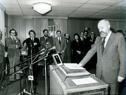 Alfonso Guerra preside la toma de posesión de José María Calviño como director de RTVE.