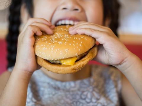 Permitir que los niños corran por el comedor es la receta para el desastre.