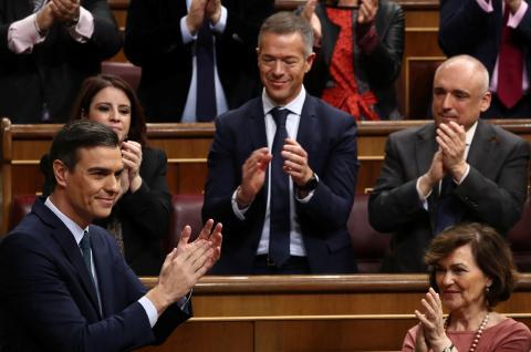 Pedro Sánchez recibe los aplausos de los diputados socialistas durante el debate de investidura.