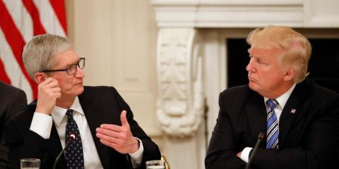 Tim Cook, CEO de Apple, y Donald Trump, presidente de los Estados Unidos.
