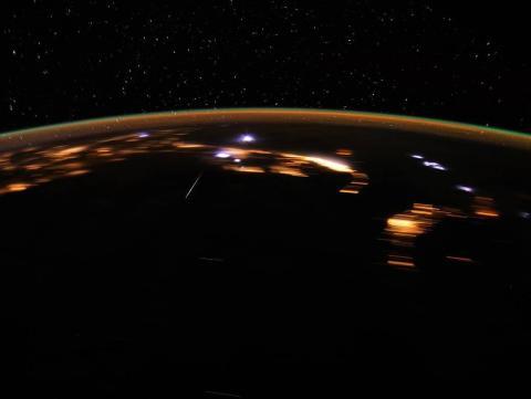 El astronauta Don Pettit capturó esta imagen de una estrella Lírido sobre la Tierra mientras estaba a bordo de la Estación Espacial Internacional, el 22 de abril de 2012.