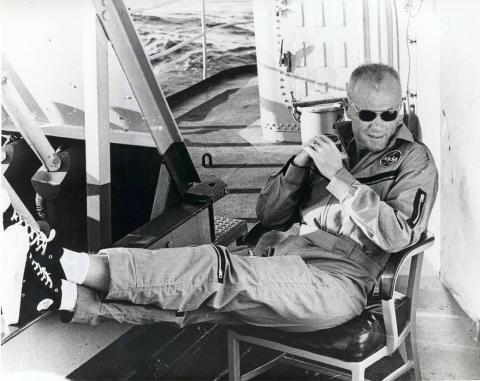 El astronauta y piloto John Glenn descansando después de haberse convertido en el primer estadounidense en orbitar la Tierra.