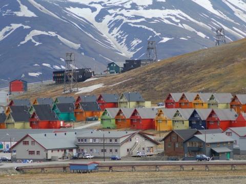 Aunque hay un par de pequeños asentamientos más al norte, Longyearbyen es el primero de un tamaño significativo. El pueblo tiene una población de alrededor de 2.100 habitantes.