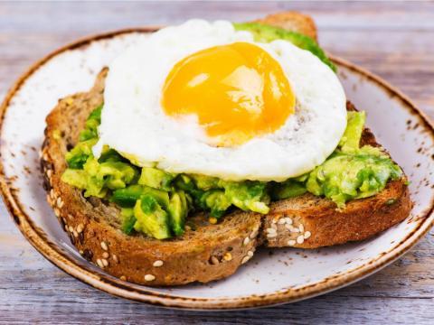 Las tostadas de aguacate cubiertas con huevo añaden grasas saludables y proteínas a una comida.