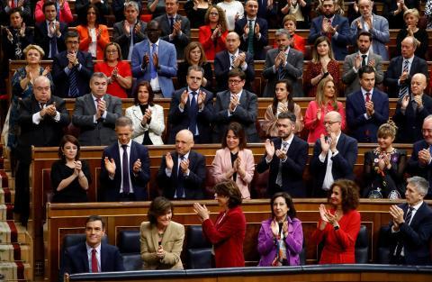 La bancada del PSOE aplaude al presidente del Gobierno, Pedro Sánchez, durante la investidura en el Congreso de los Diputados.