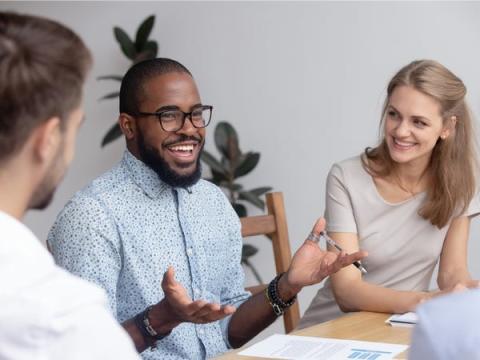 Los buenos líderes son amigables, pero sin dejar de ser profesionales.