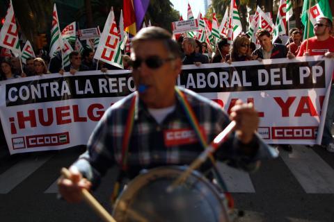 La cabecera de una manifestación contra la reforma laboral en Málaga