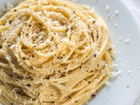 """El """"cacio e pepe"""" podría ser el plato de pasta italiana más básico que existe."""