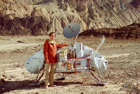 Carl Sagan posa con un modelo del módulo de aterrizaje vikingo en el Valle de la Muerte, California.