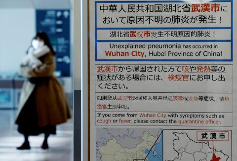 """Un cartel en el aeropuerto de Tokio avisa de una """"neumonía inexplicable"""" en Wuhan."""