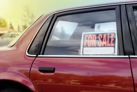 Cartel se vende en el coche