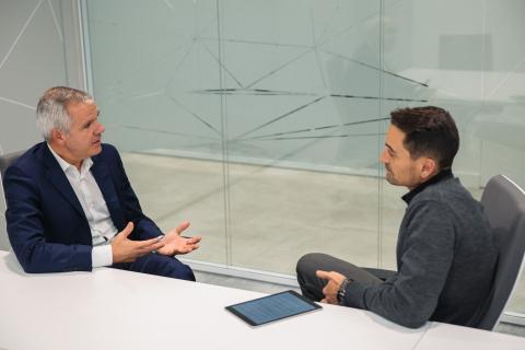 Celestino García, vicepresidente corporativo de Samsung Electronics (izq) y Manuel del Campo, CEO de Axel Springer España (dcha).