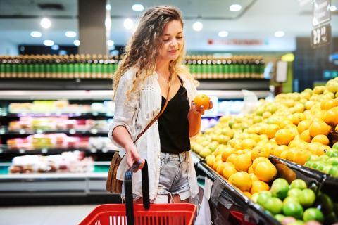 Cesta de la compra en un supermercado