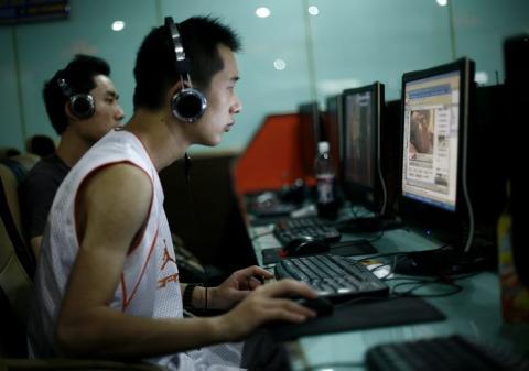 Chinos jugando en un ordenador.