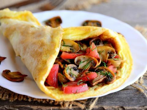 Hacer tortillas es una excelente manera de usar los productos que te hayan sobrado.