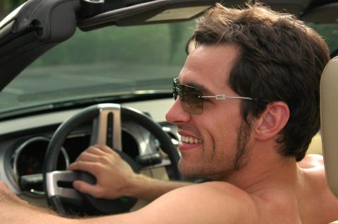conducir sin camiseta