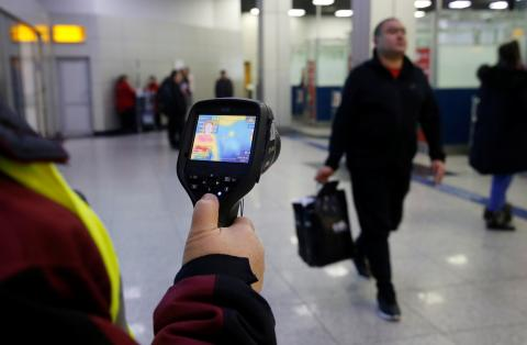 Control de la temperatura de un pasajero en un aeropuerto