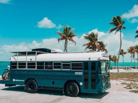 Cuando el autobús está parado se puede colocar un disco de madera sobre el volante para convertirlo en un pequeño escritorio