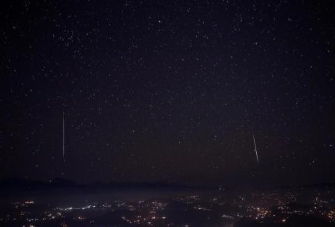 Una lluvia de estrellas Gemínidas se ve por encima de la cordillera en Nagarkot, Nepal, el 15 de diciembre de 2017.