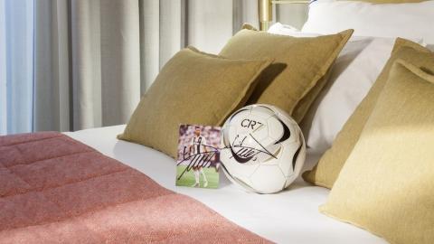 Detalles de la marca CR7 en las habitaciones.