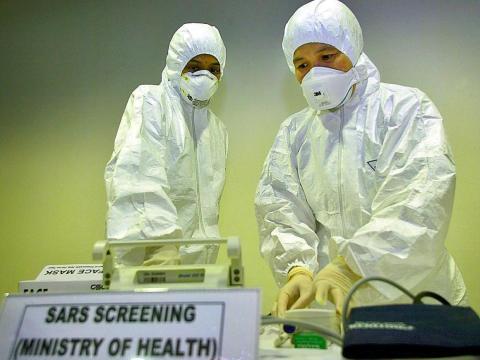 Un médico revisa el equipo en una sala de detección de SARS en el aeropuerto internacional de Kuala Lumpur en Malasia en 2003.