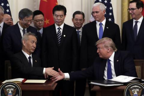 Donald Trump, presidente de Estados Unidos, le da la mano al viceprimer ministro chino Liu He, después de firmar el acuerdo comercial.