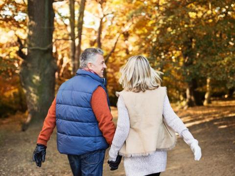 Una pareja mayor caminando junta.