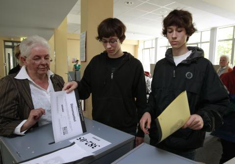 Dos jóvenes de 16 años votan en las elecciones de Bremen (Alemania).