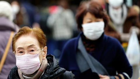 Dos mujeres caminan por la calle en Japón