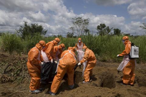 Un equipo de enterradores se ocupa de una víctima del ébola en Sierra Leona