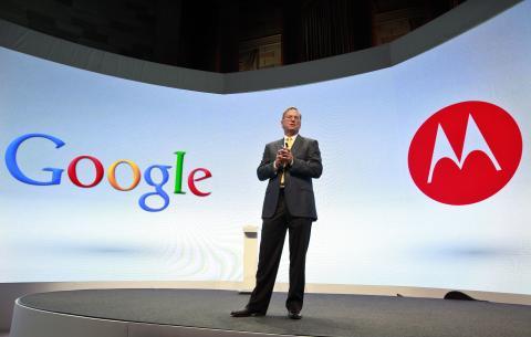 Eric Schmidt, presidente ejecutivo de google, presentando un móvil Motorola en 2012.