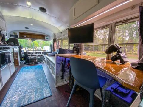 El escritorio de trabajo de Will está en el medio del autobús y tiene un monitor que también funciona como televisor