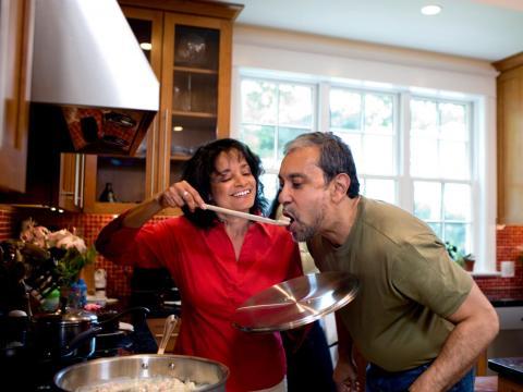 Una pareja cocinando junta.