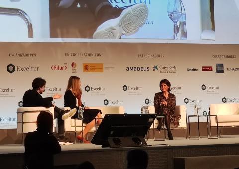 Irene Cano, directora general de Facebook España y Portugal, y Fuencisla Clemares, directora general de Google España y Portugal, durante su intervención en Exceltur