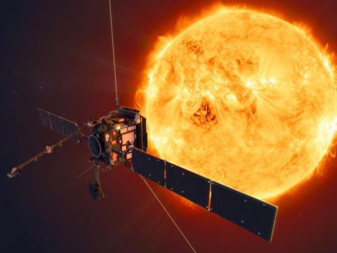 Ilustración artística del Orbitador Solar de la NASA-ESA acercándose al sol.