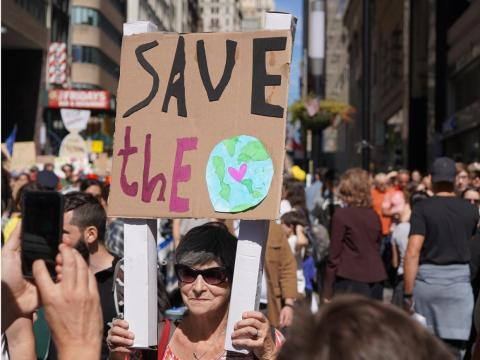 Los activistas preocupados por el planeta se reunieron en una manifestación por el clima en Nueva York.