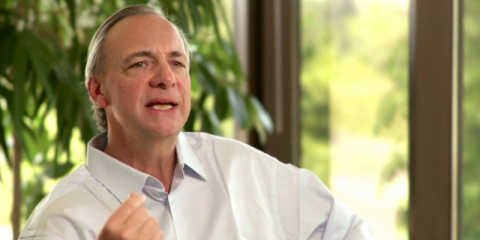 El fundador, presidente y co-director de Bridgewater, Ray Dalio, practica la Meditación Trascendental para mantener la calma.