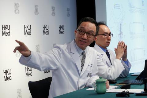 Gabriel Leung, director de salud pública de la Universidad de Hong Kong, explica el avance del coronavirus en una rueda de prensa.