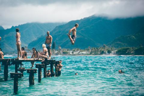 Gente bañándose en la playa en Hawái.