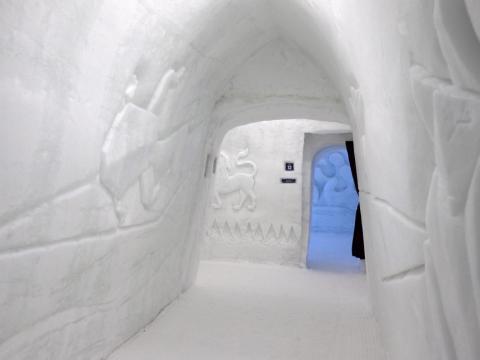 Los pasillos también tenían decoraciones por las paredes heladas.