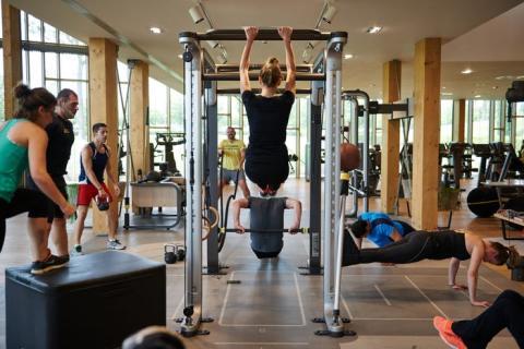 Ya sea antes, durante o después del trabajo, tener tiempo para hacer ejercicio es importante para tu salud mental y física.