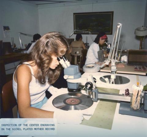 Una empleada de la NASA inspecciona la grabación del Disco de Oro.