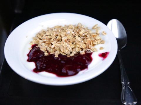 Cambiar el yogur original por una variedad griega puede añadir proteínas a un plato.