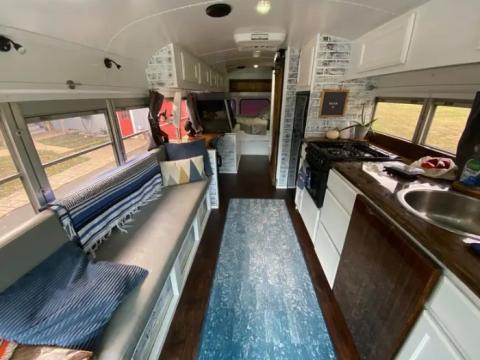 El grifo del fregadero se puede girar para que se salga del autobús y permita ducharse al aire libre