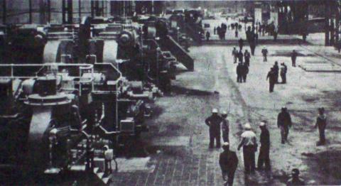 Un grupo de obreros en una fábrica siderúrgica en los años 70