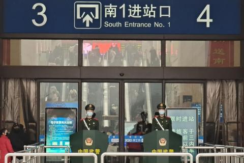 Guardias con máscaras faciales en la estación de ferrocarril de Hankou el 22 de enero de 2020, en Wuhan, China.