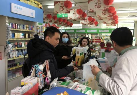 Un hombre compra mascarillas en una farmacia en Pekín.