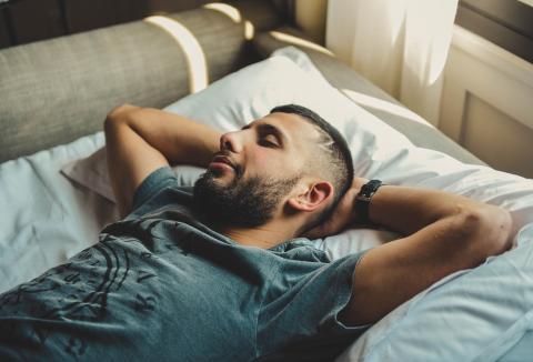 Hombre durmiendo, dormir, cama